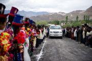Его Святейшество Далай-лама прибывает в Ламдонскую школу в Лехе, Ладак, для проведения молебна в память о жертвах наводнения. 13 сентября 2010