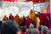 Его Святейшество Далай-лама приветствует собравшихся на учения в Бодх Кхарбо, Ладак, Индия, 15 сентября 2010 г.