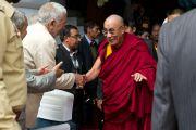 Его Святейшество Далай-ламу приветствуют лидеры молодежного крыла исламской школы Каргила, Ладак, Индия, 14 сентября 2010 г.