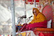 Чтобы не замерзнуть во время учений, Его Святейшеству пришлось укутаться в одеяла, Бодх Кхарбо, Ладак, Индия, 15 сентября 2010 г.