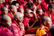 Монахи слушают учения Далай-ламы в Бодх Кхарбо, Ладак, Индия, 15 сентября 2010 г.