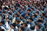 Ученики школы Spring Dales слушают наставления Его Святейшества Далай-ламы, Мулбек, Ладак, 14 сентября 2010 г.
