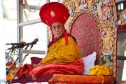 Его Святейшество Далай-лама в ритуальном головном уборе школы Дрикунг Кагью во время учений в Бодх Кхарбо, Ладак, Индия, 15 сентября 2010 г.