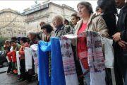 """Последователи Далай-ламы готовятся встретить его у гостиницы """"New York Palace"""" в Будапеште, Венгрия, 17 сентября 2010 г."""