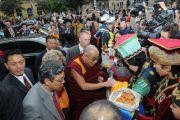 Паломники из Калмыкии встречают Далай-ламу ритуальными подношениями, Будапешт, Венгрия, 17 сентября 2010 г.