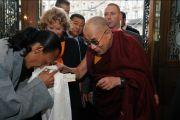 Тибетец, живущий в Будапеште, приветствует Далай-ламу, Будапешт, Венгрия, 17 сентября 2010 г.
