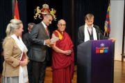 Мэр Будапешта Габор Демски выступает с речью на церемонии вручения Далай-ламе звания почетного гражданина города, Будапешт, Венгрия, 18 сентября 2010 г.