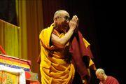 Его Святейшество Далай-лама приветствует людей, собравшихся на Спортивной арене, Будапешт, Венгрия, 18 сентября 2010 г.