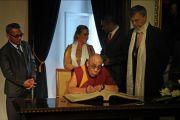 """Его Святейшество Далай-лама подписывает """"Золотую книгу"""" Будапешта, Венгрия, 18 сентября 2010 г."""