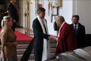 Мэр Будапешта приветствует Далай-ламу в городской ратуше, Будапешт, Венгрия,18 сентября 2010 г.