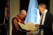 Мэр Габор Демски вручает Его Святейшеству Далай-ламе диплом почетного гражданина города, Будапешт, Венгрия, 18 сентября 2010 г.