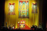 Его Святейшество Далай-лама во время подготовки к обряду посвящения Ченрези, Будапешт, Венгрия, 19 сентября 2010 г.