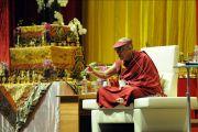 Его Святейшество Далай-лама во время лекции, Будапешт, Венгрия, 19 сентября 2010 г.