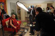 Его Святейшество Далай-лама во время интервью для венгерского телевидения, Будапешт, Венгрия, 19 сентября 2010 г.