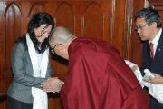 Г-жа Сабо Тимеа приветствует Его Святейшество Далай-ламу в венгерском парламенте, Будапешт, Венгрия, 20 сентября 2010 г.