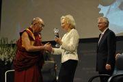 Его Святейшество Далай-лама получает статуэтку Menschen-in-Europa, Пассау, Германия, 21 сентября 2010 г.