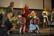 Его Святейшество Далай-лама с юными музыкантами, Пассау, Германия, 21 сентября 2010 г.