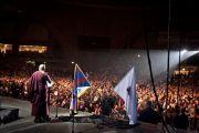 """Его Святейшество Далай-лама приветствует собравшихся в """"Народном зале"""", Вроцлав, Польша, 22 сентября 2010 г."""