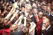 Его Святейшество Далай-лама на входе в Hala Stulecia, где он выступил с публичной лекцией, Вроцлав, Польша, 22 сентября 2010 г.
