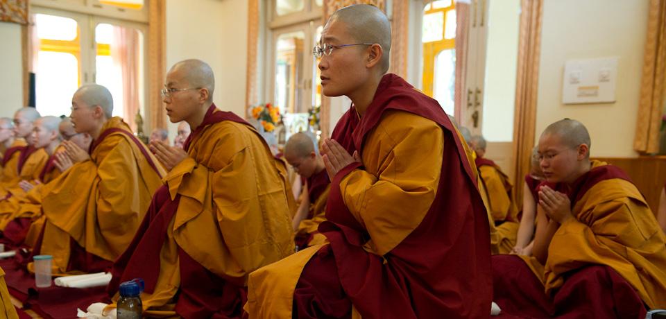 монахинь трахают монахи на фото