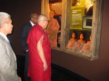 Далай-ламе вручили международную премию «Проводник свободы»