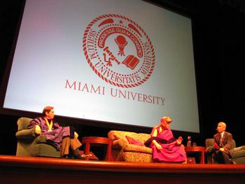 Университет Майами присвоил Далай-ламе почетную докторскую степень и награду за лидерство