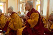 Монахи и монахини из Тайваня, Тибета и Кореи на церемонии принятия обетов, Дхарамсала, Индия, 1 октября 2010 г.