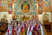 Групповое фото только что получивших обеты монахинь с Его Святейшеством Далай-ламой, Дхарамсала, Индия, 1 октября 2010 г.