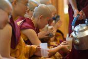 Церемония принятия монашеских обетов, перерыв на чай, Дхарамсала, Индия, 1 октября 2010 г.