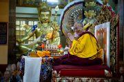 Его Святейшество Далай-лама приветствует тайваньских буддистов и всех собравшихся в главном храме Дхарамсалы.  5 октября 2010