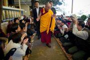 Его Святейшество приветствует буддистов по пути в главный храм Дхарамсалы, Индия. 5 октября 2010