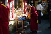 Далай-лама благословляет священные объекты по пути в главный храм Дхарамсалы, Индия. 5 октября 2010