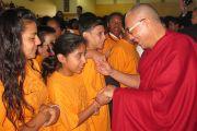 Его Святейшество Далай-лама здоровается с учениками средней школы Кастано в Пало-Альто перед началом встречи, на которой школьники смогли задать ему свои вопросы, Калифорния, 13 октября 2010 г.