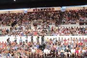 Более 65000 человек собрались послушать лекцию Далай-ламы в Стэнфордском университете, 14 октября 2010 г.