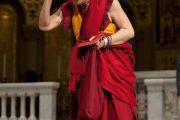 Далай-лама приветствует собравшихся в Мемориальной церкви Стэнфордского университета, 14 октября 2010 г.