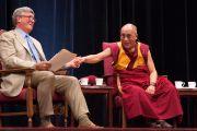 Далай-лама и Джеймс Доти, директор Центра исследований сострадания и альтруизма (CCARE), на лекции в Стэнфордском университете, 14 октября 2010 г.