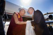 В аэропрорту Атланты Далай-ламу встречал президент университета Эмори Джеймс Вагнер, 16 октября 2010 г.