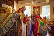 Геле Лобсанг Тензин, духовный наставник монастыря Дрепунг Лоселинг в Атланте, делает традиционные подношения Его Святейшеству Далай-ламе, 16 октября 2010 г.