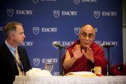 Его Святейшество Далай-лама и президент университета Эмори Джеймс Вагнер на пресс-конференции 17 октября 2010 г.