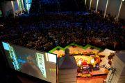 Более 4000 человек собрались послушать лекцию Далай-ламы о природе и практике сострадания в университете Эмори 17 октября 2010 г.