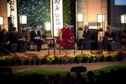 Далай-лама и другие участники межрелигиозного диалога, посвященного вопросам счастья, в университете Эмори 17 октября 2010 г.