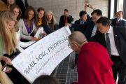 Студенты университета Эмори преподнесли Далай-ламе в подарок плакат со своими подписями, 18 октября 2010 г.