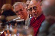 """Его Святейшество Далай-лама на обеде с участниками программы """"Научная инициатива Эмори-Тибет"""" 18 октября 2010 г."""