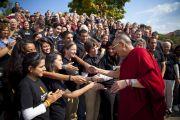 Далай-лама благодарит волонтеров, работавших на мероприятиях во время его визита в университет Эмори, 19 октября 2010 г.