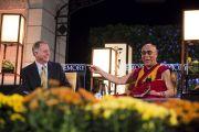 Его Святейшество Далай-лама и президент университета Эмора Джейм Вагнер, 19 октября 2010 г.