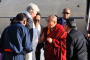 Мэр Торонто Дэвид Миллер встречает Далай-ламу в аэропорту, 22 октября 2010 г.