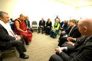 Далай-лама на встрече с членами группы друзей Тибета канадского парламента в Торонто, 23 октябяр 2010 г.