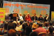 """Далай-лама на встрече членов китайской и тибетской общины Торонто, посвященной теме """"Сострадание и уважение"""", 23 октября 2010 г."""