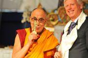 Мэр Торонто Дэвид Миллер вручил Далай-ламе символический ключ от города, 23 октября 2010 г.