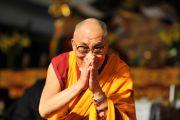 Его Святейшество Далай-лама приветствует собравшихся на торжественную церемонию открытия тибетско-канадского культурного центра в Торонто, 23 октября 2010 г.